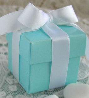 Tiffany_blue_box_and_white_ribbon